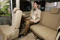 2列目を大人が座れる位置にセットしても、3列目の膝前には余裕がある。