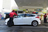いつも行く、編集部の近くのガソリンスタンドで。3カ月間の燃費の総平均は11.1km/リッターとなった。