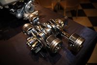 ピストン、クランクシャフトなど、個々のエンジンパーツには高強度な材料を採用。ディーゼルの高い燃焼圧に対応する。