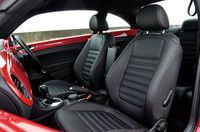 フロントには体を包みこむような形状のレザースポーツシートを採用。ランバーサポートとシートヒーターが備わる。カラーはブラックとベージュの2色から選べる。