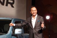 発表会場には「ワゴンR」のCMキャラクターを務める俳優の渡辺謙も姿を見せた。自身この新型を購入しており、9月9日に納車するとか。「ワゴンR」については「室内の広さがとても印象的ですね」。