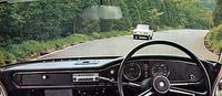 度計と水温/燃料の集合計の2連円形メーターを中心としたブラックフェイスのインパネ。スポーティなパーソナルカーという触れ込みだったが、フロアシフト仕様は用意されなかった。