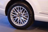 オプションで、後輪の操舵(そうだ)システムが選択できる新型「Q7」。これにより、1m小さい回転半径で旋回できるようになる。