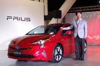 新型「プリウス」と、開発を統括した製品企画本部チーフエンジニアの豊島浩二氏。