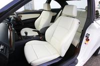 前席は、サイドサポートの大きな「スポーツシート」となる。シートヒーターも標準だ。