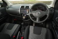 各部に同車専用の装備が施されたインテリア。センタークラスターには「AUTECH 30th Anniversary」と描かれたシリアルナンバー入りのプレートが装着されている。