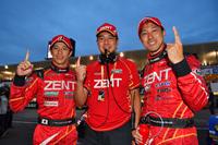 勝利をよろこぶ、LEXUS TEAM ZENT CERUMOの3人。写真左から、立川祐路、高木虎之介監督、そして石浦宏明。