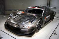 会場には、XANAVIカラーとカーボン素地むき出しの2台のGT-Rが飾られた。 【R35 NISSAN GT-R GT500のスペック】 全長×全幅=4800×2000mm、ホイールベース=2720mm、車重=1100kg、最高出力=500ps以上、最大トルク=52kgm以上、駆動方式=FR、前後タイヤサイズ=330/40R18、330/45R17