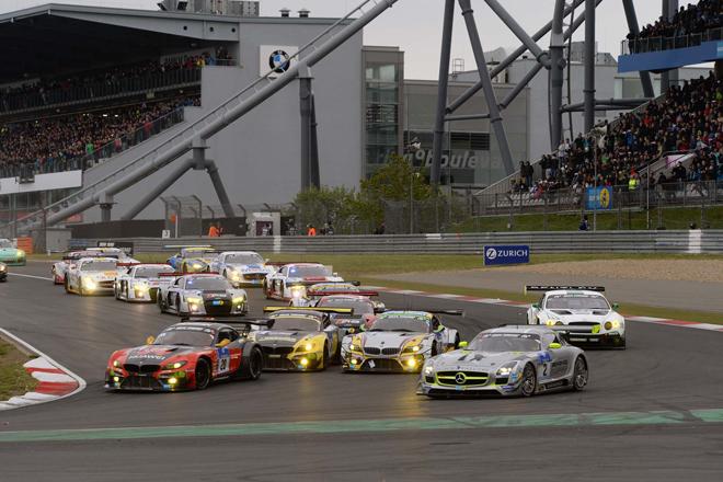 2015年のニュルブルクリンク24時間耐久レースには、151台のマシンが参戦。スタート直後から激しいバトルが見られ、フィニッシュ直前まで同一周回で争われる接戦のレース展開となった。