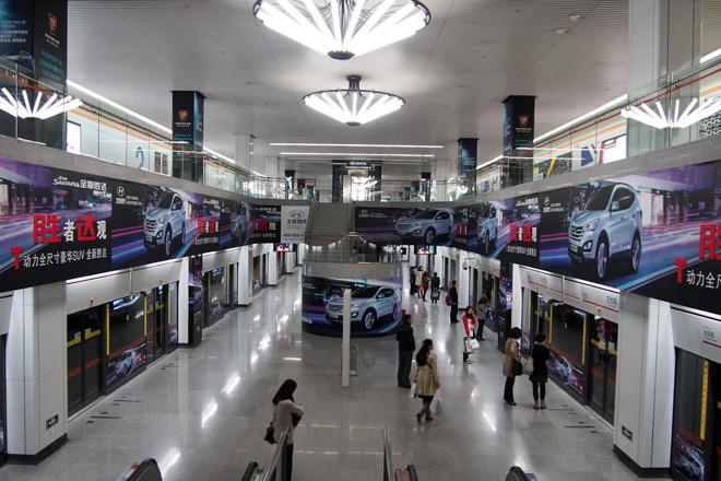 上海モーターショー会場の地下鉄最寄り駅ホームは、北京現代の新型「サンタフェ」の広告で徹底的に埋められていた。近隣には、ホームや通路全体がフォードや中国奇瑞(チェリー)などの広告で統一された駅もあり。