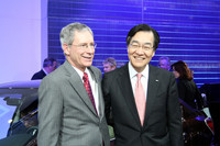森郁夫社長(写真右)も来場。北米での好調なセールスに自信を見せた。