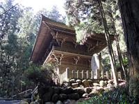 遍路とは、果てなく思える道を歩きながら、お寺を巡って納経するという行為だが、歩き疲れたとき、やっと山門が見えてきたときは、いつでもうれしい。44番大宝寺。