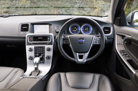 パッケージを導入しても内装関係に変更はなし。試乗した最新の2013年モデルでは、「オートライト」と「イルミネーテッド・シフトノブ」が新たに標準装備となった。