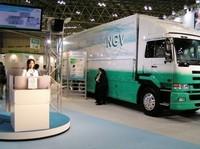 国土交通省の天然ガスを燃料にするトラック。
