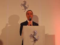 あいさつを述べる、ニコル・コンペティツィオーネのニコ・ローレケ代表取締役社長。「午年に日本で7番目(=ラッキーナンバー)のディーラーになれるとは、(個人的な関連以上の)縁と運を感じる。情熱を持ってフェラーリと仕事をしたい」。