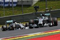 予選とレース序盤こそウィリアムズ勢に先行を許したが、中盤を過ぎればメルセデス2台のいつものマッチレースに。ロズベルグ(前)、ハミルトン(後ろ)ともブレーキや燃費をケアしながら、ゴール直前では激しい攻防を繰り広げた。(Photo=Mercedes)