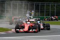 ベッテル(前)は予選Q1早々でマシンに異常を感じ、セッション終了間際になってようやくアタックするも16番手がやっと。さらにフリー走行中の赤旗無視のペナルティーで18番グリッドと後方からの追い上げとなった。2ストップで5位入賞を果たしダメージを最小限に食い止めたが、エンジンほかを大幅に改良してきたフェラーリは、セルジオ・マルキオンネ会長の目の前でメルセデスの牙城を崩すまでには至らなかった。(Photo=Ferrari)