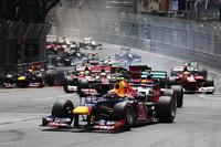 スタート直後の1コーナー。ポールシッターのウェバー、メルセデスのニコ・ロズベルグらが順調に駆け抜けていく中、その後方ではロータスのロメ・グロジャンがスピン。ミハエル・シューマッハーや小林可夢偉が影響を受けた。(Photo=Red Bull Racing)