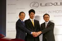 左からレクサスインターナショナル・プレジデントの伊勢清貴氏、松山英樹選手、豊田章男社長。