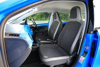 シート表皮はファブリック。グレードやボディーカラーに応じて、数種類のカラーバリエーションが用意される。