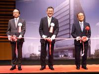 竣工披露イベントでは記念のテープカットも行われた。写真は左からスバル興産 鴨川珠樹社長、富士重工業 吉永泰之社長、渋谷区長の桑原敏武氏。