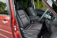 運転席および助手席。「ハイウェイスターG」には、ジャカード織物とトリコットからなるシート地が与えられる。