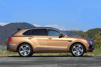 全長5150mm、車重2530kgという堂々たる体躯(たいく)を誇る「ベンテイガ」。車両価格は2695万円。