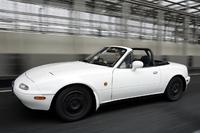 写真は、初代ロードスター。自動車ジャーナリストの島下泰久氏の愛車である。