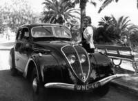 「プジョー302」(1938年) 「プジョー402」の縮小版という位置づけで、セダンとクーペ、カブリオレがあった。1936から38年まで販売された。