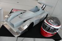 増岡選手のヘルメットと、風洞実験に用いた5分の1スケールの模型。