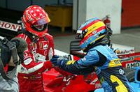 新旧名ドライバーがガッチリ握手。シューマッハーは、ポスト・シューマッハーと目されるアロンソの背中に何を見たか?(写真=フェラーリ)