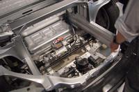 フロントには電動パワーステアリングのモーターなどがあるのみで、当然ながらエンジンはない。