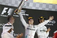 F1第21戦アブダビGPを2位で終え、初のワールドチャンピオンに輝いたメルセデスのニコ・ロズベルグ(中央)。このレースを制したロズベルグのチームメイト、ルイス・ハミルトン(右奥)は、5点差で3連覇ならず。(Photo=Mercedes)