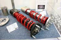 レーシングパーツで有名な「戸田レーシング」も出展。軽量化の一例として展示したシビック用の「ダンパー」(左)は、CFRPやチタンなどを用い、同社の通常品(右)の約5kgに対して約3kgへと重量軽減した。