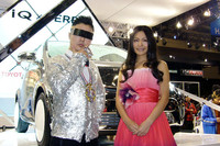 「iQ×VERBALコラボカー」を前に思わず笑顔の、VERBAL氏(写真左)と川村ゆきえさん。