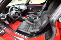 インテリアのデザインは、「ドライバー重視のコンセプトを限界まで推し進めた」とされるもの。ハンドル位置は、写真の左のほかに右も選べる。本革製のシートは、本革巻きのステアリングホイールやハンドブレーキグリップとのセットオプションとして用意される。