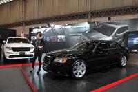 東京オートサロンに初見参の、クライスラーの高性能ブランドである「SRT」。展示車両は「クライスラー300 SRT8」(右)と「ジープ・グランドチェロキー SRT8アルパイン」。どちらも6.4リッターV8のヘミエンジンを搭載する。