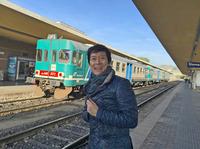 鉄道ファンから「どけ! このヤロー」と言われてしまいそうだが……筆者が住むシエナに今なおやってくる1981年フィアット製造の気動車と、筆者本人。