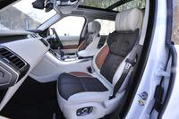 まず試乗したのは「レンジローバー スポーツ」の上級グレード「オートバイオグラフィー ダイナミック」。ユニークなトライトーン(エスプレッソ/アイボリー/タン)のオックスフォード・パーフォレイテド・レザーシートが装着される。