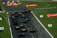 名うての高速コース、モンツァ。スタート直後の第1シケインに、20台のマシンが突進する。トップはモントーヤ、その後ろにフェルナンド・アロンソ、セカンドローを占拠したBARホンダ勢が続く。(写真=フェラーリ)