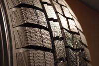 「ダンロップWINTER MAXX」のトレッド面に寄ってみる。より細くなったサイプ幅や新たに開発された材質、容積の増えた縦溝などがポイントとされる。