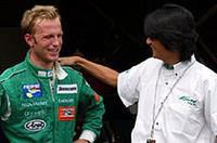 自らが所属するKONDO Racingの近藤真彦監督に肩を叩かれるロニー・クインタレッリ。