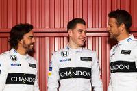 マッサのF1引退の報に続いて、2009年王者のジェンソン・バトン(右)が来季の「休養」を発表。マクラーレンとバトンは2年契約を延長したものの、バトンは来季のレースシートを若手有望株のストフェル・バンドールン(中央)に譲り、自らはリザーブドライバーの地位となることを決めた。ただ復帰の可能性は含ませており、引退ではないと明言。2000年に20歳でデビューして以来15勝、8ポールポジションを記録している、ベテランの今後の去就に注目が集まる。(Photo=McLaren)