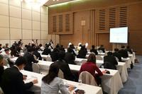 シンポジウム会場となったのは、東京都新宿区のホテルグランドヒル市ヶ谷。その目の前が危険な道路であることから、この場所を選んだという。