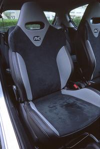 シート表皮は、レザー、アルカンタラ、ハニカムメッシュ、3種類の素材が用いられる。