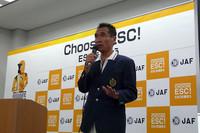 発表会場にゲストとして招かれた、プロドライバーの篠塚健次郎。「ESCはプロのドライビングテクニックを超えることもある」コメントし、「様々な危険が予想される一般道では必須の装備」と語った。