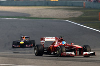 安定したラップを刻める硬めの「ミディアム」、速いが短命な「ソフト」、2種類のタイヤの使い方が戦略を大きく分けた今回、予選3位のアロンソ(写真前)は、最初にソフトを使い捨て、以降はミディアムで堅調なペースを続けて最終的に10秒もの大差をつけ優勝した。(Photo=Ferrari)