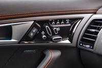 ドアパネルには、シートの調節スイッチが並ぶ。ランバーサポートやサイドサポートも調整が可能。
