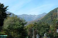 駒ヶ根インターを降りて、麓の「菅の台バスセンター」へ。中央アルプスの峰が視界に入ってきた。