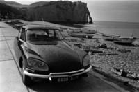 「シトロエンDS」 1955年にパリモーターショーで発表されると、その未来的スタイルが大きな話題となった。ハイドロニューマチックシステムを採用するなど先進的なメカニズムを持ち、当時としては珍しい前輪駆動の高級車だった。 © CITROËN COMMUNICATION